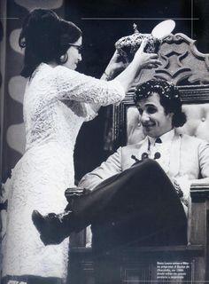 """Roberto Carlos é coroado """"Rei"""". O título foi recebido no programa do Chacrinha. Foi sua mãe, Lady Laura, que o coroou nesse dia. Ano de 1966."""