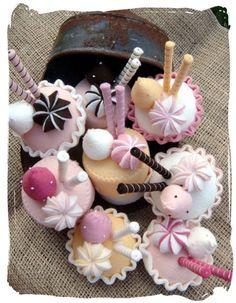 Little felt cakes , inspiration to make for gifts or decorations . Felt Cake, Felt Cupcakes, Food Crafts, Diy And Crafts, Crafts For Kids, Felt Food Patterns, Felt Play Food, Pretend Food, Felt Fabric