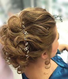 Nada como um penteado preso para deixar o look lindo! Por @valentinstyle em @jacquesjaninevilasaofrancisco #penteado #madrinhas #cabelo #cabelos #penteados #beleza #tiara #maedenoiva
