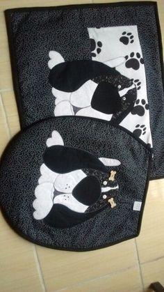 Jogo de banheiro Motivo cachorro 2 Tons de preto e branco Pugs, Bath Mat, Diy And Crafts, Patches, Kids Rugs, Quilts, Sewing, Image, Applique Quilts