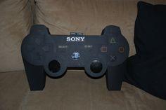 Playstation controller. De afmetingen van een echte controller opgemeten en op schaal uitvergroot getekend op karton.