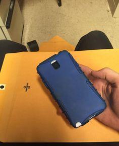 #интересное  Парень упаковал забытый приятелем телефон (9 фото)   Забывать где-либо свой телефон всегда не очень приятно, так как никогда не знаешь, найдешь ли ты его потом. С этим хозяину данного телефона, конечно же, повезло, так как его заметил коллега по работе,