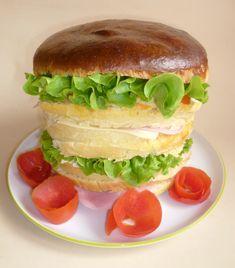 panettone gastronomico, con lievito madre e farcito con pomodori, insalata, formaggio, mozzarella, ottimo per il giorno di pasquetta
