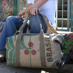 Le sac de voyage café ira partout où votre billet davion vous emmène. Ethnique inspiré, pratique et bien-parcouru lui-même, il est le compagnon de vacances grab-and-go ultime.  Alors, comment nous faire ? Cette pièce est une combinaison de sacs de jute de café du commerce équitable du Brésil – avec une toile de chanvre bio impression – et kaki vert, noir et rouge. Lintérieur est doublé de coton de poids moyen noir. Pour faire le sac extra fort, nous avons fusionné la toile de jute et de…