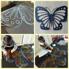 >>>270 재료:두께감있는 검정색도화지(전2절지에 큰나비 했어횸!) 셀로판지.딱풀.가위 ▫검정색도화지를 반으로 접어서 나비 날개를 그린후 무늬를(오릴부분) 맘가는데로 그려주세요. ▫반접은 상태에서 나비 무늬를 오려주세요^^ ▫뒤로 뒤집어서 셀로판지를 아이와 함께 딱풀로 붙여주세요~(셀로판지 대신 한지도 좋아요-♡) ▫거실 창에 나비를 붙이고 아이과 빛감상 해보아요^^ 빛이 거실에 들어오면 알록달록 예쁜나비가 집으로 놀러와요-♡초코도 맘에 드나보아요 ㅎㅎ 흰색 종이를 나비빛에 대고 보면 좀더 선명하게 볼수있지요^^ 하람이와 함께 만든 나비를 거실창에 붙였더니 생각보다 너무 예뻐서 더 큰사이즈로(전지) 만들어서 아이 등위치에 맞게 붙인후 포토존을 만들었어요^^ 나중에 친구들 놀러오면 찍어줘야 겠어요 ㅎㅎ 더듬이 위치 잘못 잡아서 다시붙이고 ㅎㅎ 하람군 하도 까불대서 겨우 하나 건짐요;; (나머진 심령사진요~>.< ) 뒤늦게 집에온 가온양 점퍼차림으로 거실창에 찰싹-♡ ㅎㅎ 그뒤…