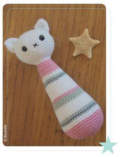 Hochet Chat Alice - Bouinite création Layette, Crochet Toys, Amigurumi, Knitting Patterns, Crochet Patterns, Organisation, Bb, Plushies, Yarns