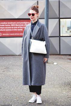 London_Fashion_Week-Street_Style-Fall_Winter_14-Grey_Coat-White_Bag-Red_Sunglasses-