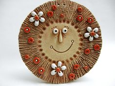 Sluníčko k zavěšení Ze šamotové hlíny, vhodné k celoroční venkovní dekoraci. Průměr 15 cm. Ceramic Wall Art, Ceramic Pendant, Ceramic Beads, Ceramic Clay, Ceramic Pottery, Clay Projects, Clay Crafts, Hand Built Pottery, Play Clay