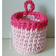 O cestinho que fiz ontem a noite. Essas são as cores reais dele ficou muito fofinho ➰➿➰➿➰➿ #crochet #fiodemalha #trapillo #basket #cestosorganizadores