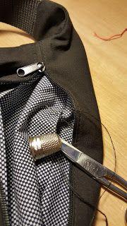 Las cosas de Mari: Tutoríal de riñonera Alice In Wonderland, Couture, Bags, Diy, Craft Ideas, Scrappy Quilts, Ties, Pink, Fabric Purses