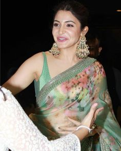 With Her Subtle Saree Appearance, Anushka Sharma Turned Out to be the Showstopper at NBT Awards 2019 - HungryBoo Bollywood Actress Hot Photos, Indian Bollywood Actress, Bollywood Fashion, Indian Actresses, Bollywood Saree, Anushka Sharma Bikini, Dehati Girl Photo, Saree Photoshoot, Stylish Sarees