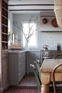 Home Tour // This 1980 Country Cottage is so Full of Character That It Feels a C. Home Tour // This 1980 Country Cottage is so Full of Character That It Feels a Century Older — The Grit and Polish Home Decor Kitchen, Home Kitchens, Kitchen Dining, Green Kitchen, Design Retro, Layout Design, Design Ideas, Interior Minimalista, Cuisines Design