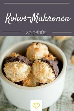 Perhaps the best for coconut macaroons recipe in the world! The post Juicy coconut macaroons & that& how they succeed you appeared first on Food Monster. Food Cakes, Fall Recipes, Sweet Recipes, Baking Recipes, Cookie Recipes, Macaroon Recipes, Coconut Macaroons, Cookies Et Biscuits, Christmas Baking