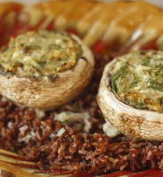 Gefüllte Riesenchampignons auf rotem Reis-Bett - fleischlos glücklich mit festen würzigen Pilzen auf kräftig-erdigem rotem Reis