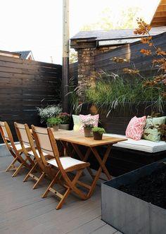 Une banquette pour rangement des coussins et maximiser l'espace de la terrasse