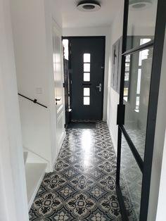 Maak van iedere hal iets speciaals door gebruik te maken van Portugese patroontegels van FLOORZ. Serie FLOWERZ 4 20x20 cm Tile Floor, Flooring, Mirror, Furniture, Home Decor, Decoration Home, Room Decor, Mirrors, Tile Flooring