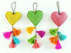 """Puerteros """"FELICIDAD"""" corazón de arpillera y borlas de lana...#hechoamano"""