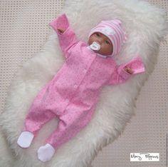 Купить или заказать Комплект на выписку 'Королевские мишки' в интернет-магазине на Ярмарке Мастеров. Очень нарядный и мягкий комплект на выписку для Вашей малышки. Сезон - осень/зима/холодная весна. Выполнен из велюра и интерлока, украшен стразами и атласным бантом. Включает: - утепленное одеяло, Альполюкс - утепленную шапку с ушками, Альполюкс - утепленный комбинезон с удобной застежкой, р-р 62 - слип с антицарапками, р-р 56 - тонкую шапочку - шапочку из плотного трикотажа - бант на…