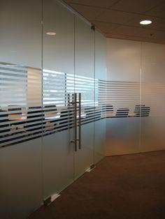 Vinilo ácido para cristal de oficina consigue dar privacidad a la sala. Presupuestos sin compromiso en www.objetivo3-0.com