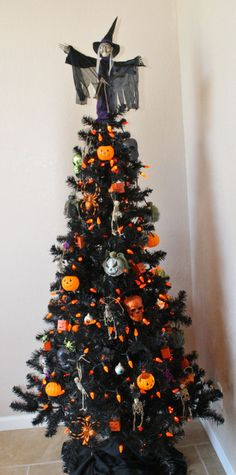 Cheap And Easy Indoor Halloween Decorating Ideas – Spooktacular Trees Halloween is among our favorites. It is the perfect time to get employees excited about work. Not every Halloween needs to be dark and dreary! Spirit Halloween has a large range of H Retro Halloween, Spooky Halloween, Halloween Christmas Tree, Black Christmas Tree Decorations, Black Christmas Trees, Christmas Tree Design, Holidays Halloween, Halloween Crafts, Happy Halloween