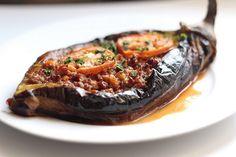 Karnıyarık — Fried eggplants with a minced meat, onion, parsley, garlic and … Armenian Recipes, Turkish Recipes, Greek Recipes, Mince Recipes, Cooking Recipes, Healthy Recipes, Food Porn, Carne Picada, Eggplant Recipes