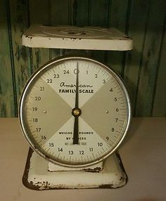 VINTAGE AMERICAN FAMILY SCALE COUNTER TOP MODEL WHITE ENAMEL 25 LBS.