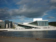 The Oslo Opera house can be viewed from afar along a promenade made for that. So you can take a picture from a distance then you can go the opera. Its construction is such that one can walk to the roof of the Opera House with ease. Once you have done that you can then go inside the building and enjoy watching its great architecture. This week's link in bio. #Oslo #OsloOpera #visitOslo #visitNorway #travelblogger #reiseblogger #NorwegianTravelBlogger #NordicTB