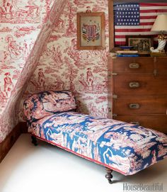John Knott and John Fondas Maine Summer House - Quadrille Design Interiors - Independence Toile, the same pattern with a blue ground, covers the daybed next to a 19th-century English campaign chest.