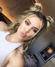 Don't usually like top knots but they look good on Khloe Kardashian. Khloe Kardashian Cabello, Khloe Kardashian Hair Short, Kardashian Hairstyles, Khole Kardashian Makeup, Kylie Jenner Short Hair, Khloe Hair, Kardashian Jenner, Short Hair Updo, Curly Hair Styles