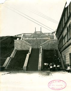 Morro dos Ingleses - ca. (1930) - Construção de escadaria para passagem de pedestres entre a Rua 13 de Maio, em primeiro plano, e a Rua dos Ingleses, no alto, no bairro da Bela Vista.