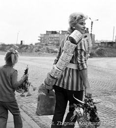 Going home from shopping with the precious (then) toilet paper Photo: Zbigniew Kosycarz - Poland - Gdansk, 1971 Black White Fashion, Black And White, Polish People, Warsaw Pact, Central And Eastern Europe, Old Advertisements, Soviet Union, Going Home, Polish Girls