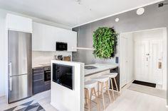 Upea viherseinä remontoidun kaksion keittiössä!