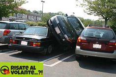 Ho trovato un parcheggio! Perché sprecare tempo a cercare un posto libero quando puoi mettere la tua auto sulle altre? #parking #funny #incredible #car #onthecar #parcheggio #macchina #auto #automobile #assurdo #divertente #posto #libero #risate #lol #donne #donnealvolante