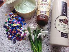 In rutina mea de ingrijire, au intrat de ceva timp si aceste produse de la Thai Spa. Pe care le-am primit in cadrul evenimentul de la Galati, ce a avut loc in ianuarie. Produse cosmetice cu aroma de produse alimentare (gen cacao, vanilie, rodie, ciocolata etc) nu am avut, pentru ca sunt arome dulci si nu prea imi plac.