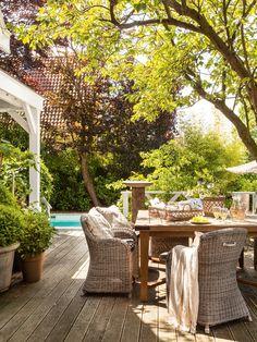 Comedor de exterior en jardín con vistas a la piscina_ 00409027