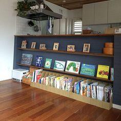女性で、4LDKの棚/緑のある暮らし/ニトリ/絵本収納/無印良品/ブラックチェリーの床…などについてのインテリア実例を紹介。「我が家の本棚はキッチンカウンター下です。リビングの隣にあるので、いつも本を身近に感じれるように。絵本がほとんどですが、親たちの雑誌も置いて親子でお互いの本を読み合ってます。」(この写真は 2017-09-07 15:09:43 に共有されました)
