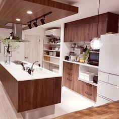 3LDKで、家族の、キッチン/ドウダンツツジ/アイランドキッチン/ラクシーナ/Panasonic/DeLonghiについてのインテリア実例。 「ウォルナットが好き畑...」 (2019-07-11 22:40:45に共有されました) Ceiling Design, Home Kitchens, Diy And Crafts, House Design, Architecture, Interior, Table, Room, B Company