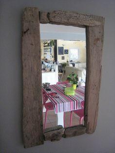 Un miroir encadré de bois flotté
