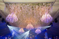 Casamento Asiático de luxo com lustres e flores como decoração  Os lindos lustres de cristal brilhante são obrigatórios em um casamento Asiático. Normalmente somos contratados para este tipo de casamentos para fornecer atmosfera com os nossos lustres. Stage Set, Event Management, Flower Centerpieces, Floral Arrangements, Bespoke, Backdrops, Chandelier, Ceiling Lights, Unique