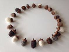 Acorn decoration - natural - felted acorns - woodland ornaments - 23 door Wolwit op Etsy https://www.etsy.com/nl/listing/215816936/acorn-decoration-natural-felted-acorns