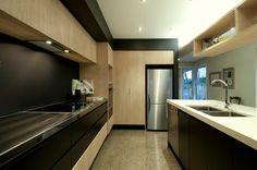 kitchen melteca Black Kitchens, Home Kitchens, Modern Kitchens, Kitchen Reno, Kitchen Design, Kitchen Ideas, Black Splashback, Wooden Kitchen, Living Spaces
