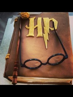 Image shared by Sonia Szarin. Find images and videos about cake and harry potter on We Heart It - the app to get lost in what you love. Harry Potter Torte, Harry Potter Thema, Harry Potter Birthday Cake, Theme Harry Potter, Harry Potter Wedding, Harry Potter Fiesta, Book Cakes, Cute Cakes, Creative Cakes
