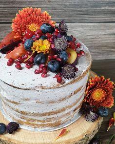 Ein rustikal, herbstlicher Genuss aus Biskuitteig, Blaubeer- Orangenkonfitüre und einer Blaubeer-Swiss-Meringuebuttercreme  💜 Orange, Acai Bowl, Breakfast, Cake, Desserts, Food, Rustic, Rezepte, Acai Berry Bowl