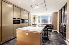 Het materiaal in de keuken is Metal de Ligne in een champagne kleur   Creative Minds International