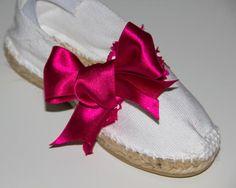 Alpargata de esparto plana blanca con detalles en color fucsia, ondulina blanca y lazo fucsia