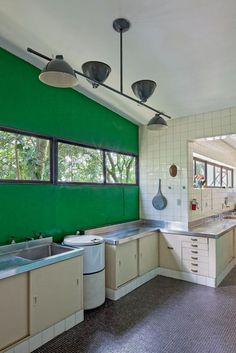 LA CASA DE VIDRO DI LINA BO BARDI La cucina su misura ha fornelli industriali e un lungo bancone in acciaio inox.