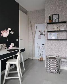 Volgens mij heeft deze kant van Suus d'r kamer nog nooit op Insta gestaan. Het stippeltjesbehang hebben we destijds bij @kwantum_nederland… Black And White Love, Black Walls, Old Wood, Kidsroom, Concrete Floors, My New Room, Girls Bedroom, Marie, Flooring