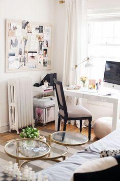 Opslag verliefd op dit interieur van dit droom appartement in Chicago. Meer inspiraties vind je op www.thenewgirlintown.com #Theeverygirl #interior #inspirations #dream #home #apartment #gold #details #white #prints #office