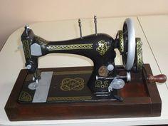 Cómo restaurar una maquina de coser. Son un objeto decorativo muy popular, pero es difícil encontrar una en buen estado. Por eso nuestra amiga Silve71 nos comparte la restauración que ella realizó a su maquina de coser.