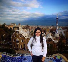 No terreno particular do seu grande patrocinador Eusebi Güell Gaudí (O CARA! ) deveria criar um oásis para a burguesia da cidade: quase como um condomínio desses super top dos dias de hoje. E ele conseguiu fazer isso de maneira incrível mudando a maneira de se fazer arquitetura em Barcelona! Pena que as outras pessoas da época não conseguiram entender o potencial e modernidade mostrada pelo arquiteto e o projeto de Gaudí foi um fiasco... Mas para a nossa alegria mais tarde resolveram…